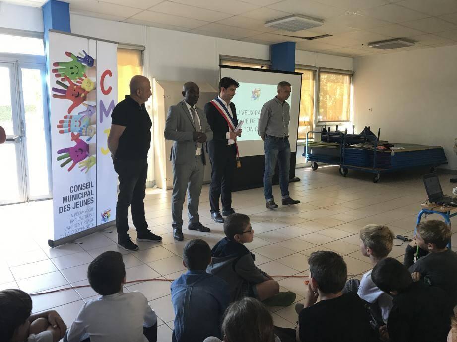 Devant trois classes, la présentation de l'expérience avait lieu dans la salle polyvalente de l'école élémentaire Saint-Jacques.