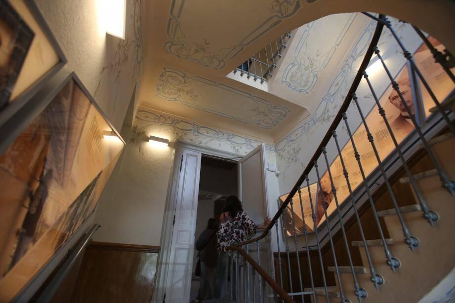 La porte de ce qui fut cinq ans durant l'appartement du couple s'ouvre aujourd'hui sur l'espace muséal Witold Gombrowicz.