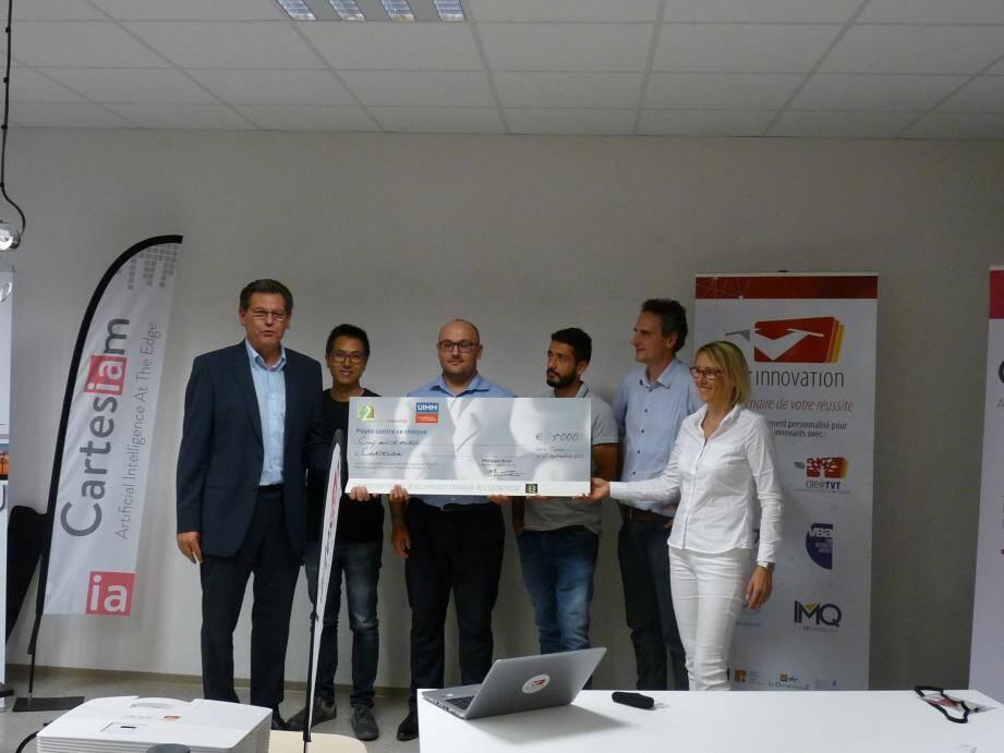 Jeudi soir, en salle de créativité chez TVT, Michel Rubino (à g.), François De Rochebouët (à d.) et l'équipe d'ingénieurs de Cartesiam reçoivent un chèque de soutien à l'innovation des mains de la vice-présidente de l'UIMM Alpes-Méditerranée, Pascale Nagy.