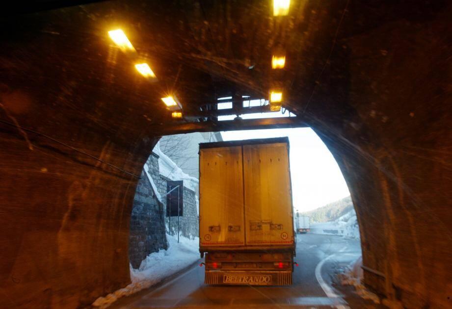 Les maires de la Roya craignent que le doublement du tunnel de Tende favorise l'augmentation du nombre de camions à fort tonnage.(Archives Nice-Matin)