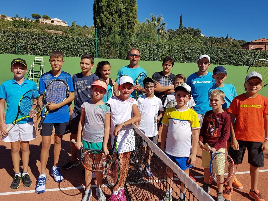 Tous les jeunes de l'école de tennis et de l'équipe compétition ont repris le chemin de l'entraînement tous les mercredis, avec Michaël Porres et Franck Vedovotto(avec la casquette).