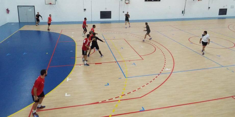 Les handballeurs Maximois (en noir) disputent ce soir leur première rencontre à domicile face au voisin tropézien.