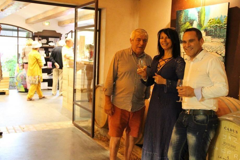 Vernissage de l'exposition de Sophie Brugger (au centre), accueillie par Yann Chérifi, directeur du Domaine de La Madrague (à droite). Parmi les visiteurs, Denis Bousson, maire de Saint-Didier-au-Mont-d'Or (à gauche).