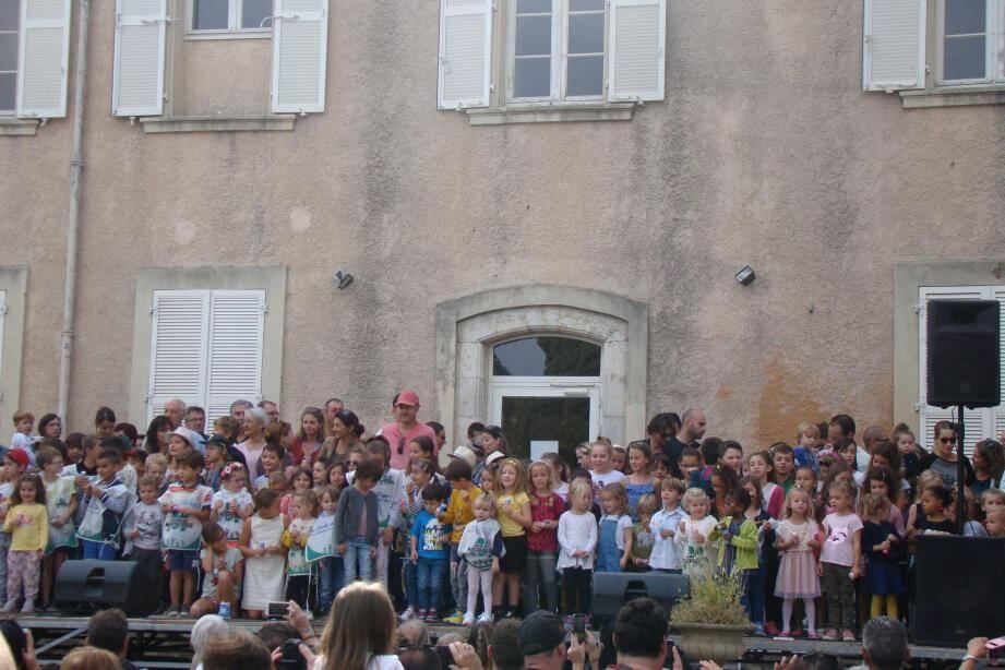 Environ trois cents enfants étaient au départ, accompagnés des enseignants et parents.