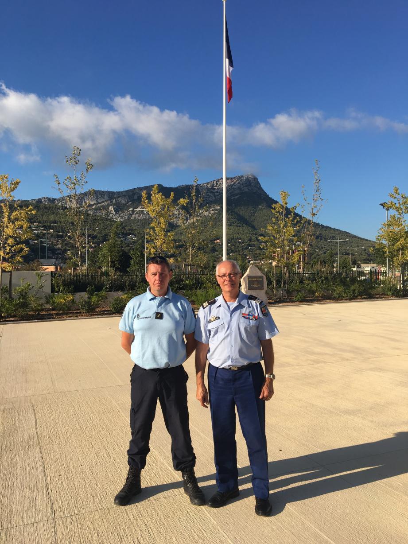 Le gendarme réserviste Anthony Verriele a été adoubé par le colonel Lucien Nizzardo, conseiller réserve auprès du commandant de groupement de la gendarmerie du Var, à La Valette (à droite).
