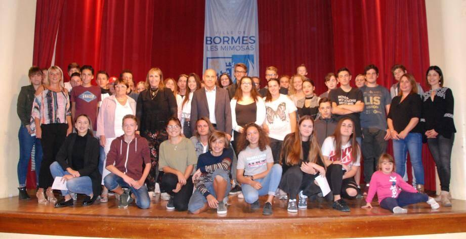 La jeunesse borméenne a été récompensée pour l'obtention d'un diplôme.