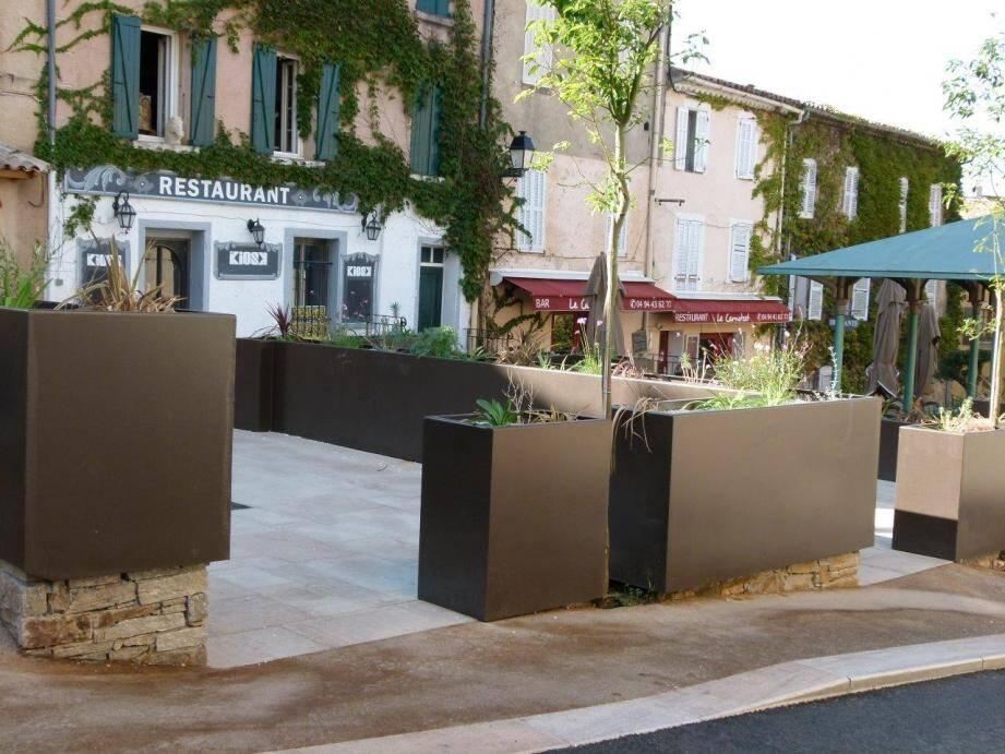 La réhabilitation de la place pour 775 000 euros et un résultat qui tranche avec le style local font bondir l'opposition.