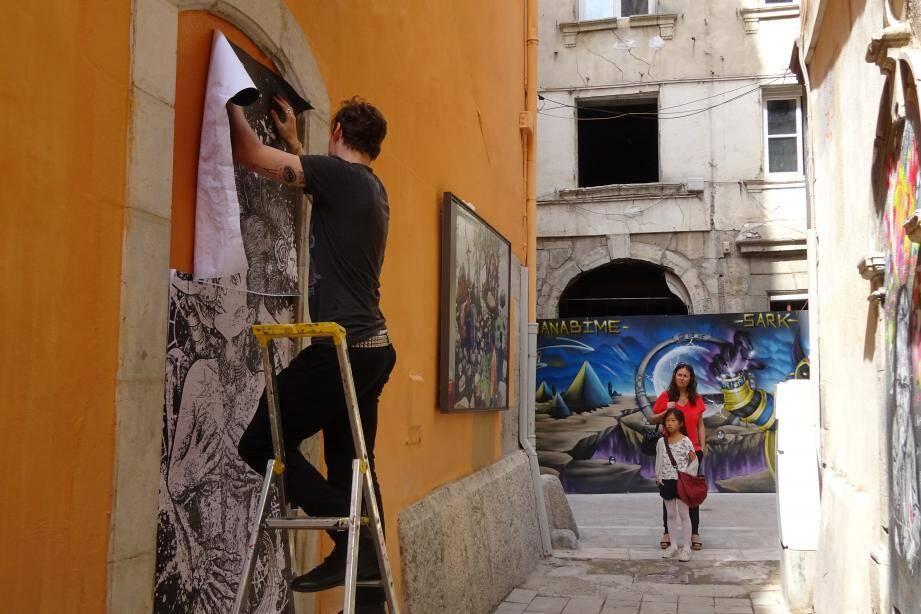 Samedi, rue du Noyer, l'artiste peintre Biney a dévoilé, petit à petit, son œuvre devant des passants curieux du résultat.