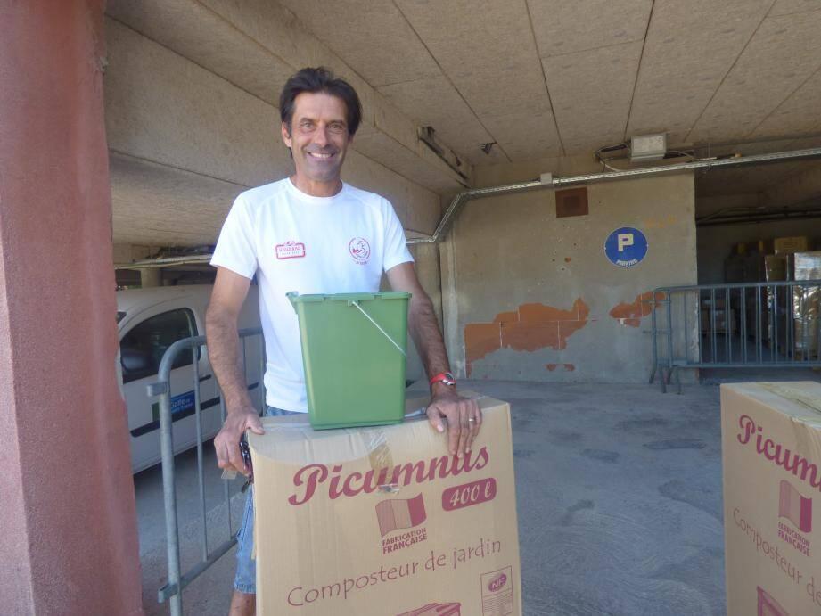 Stéphane est venu tout exprès de La Môle pour récupérer son composteur.