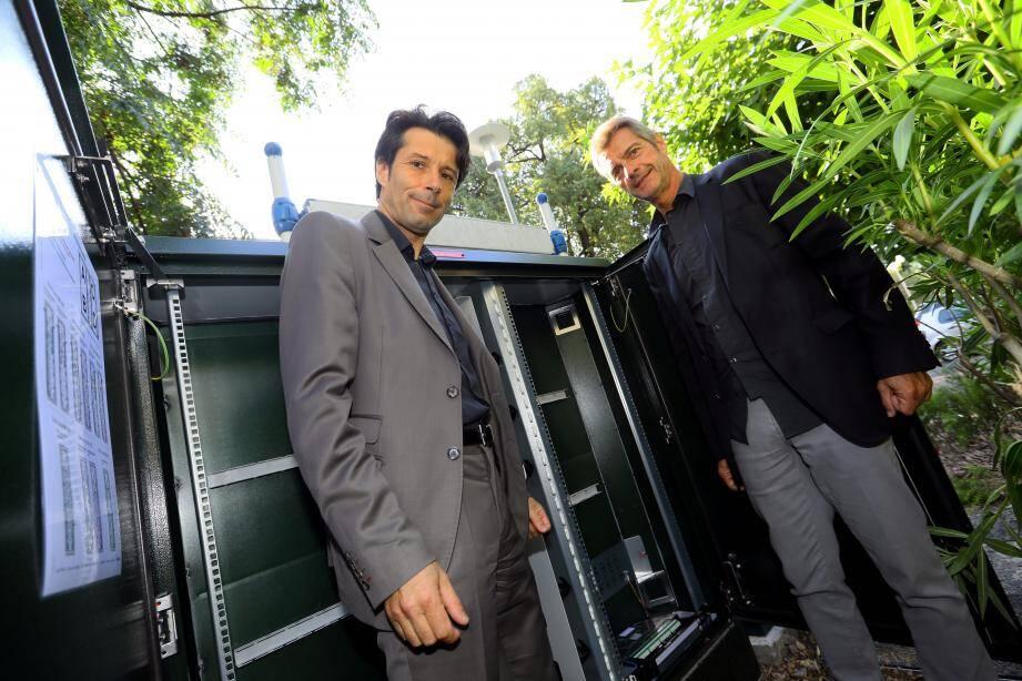 Le maire Pierre Aschieri et Bernard Crozes de SFR ont inauguré l'armoire qui abrite le nœud de raccordement optique à partir duquel la fibre sera déployée. Objectif : 1Gbit/s!