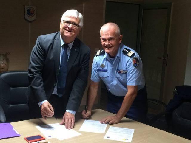 Le président du District Edouard Delamotte et le lieutenant-colonel de gendarmerie Dominique Blasius, représentant la Brigade de prévention de la délinquance juvénile (BPDJ), lors de la signature de la convention.
