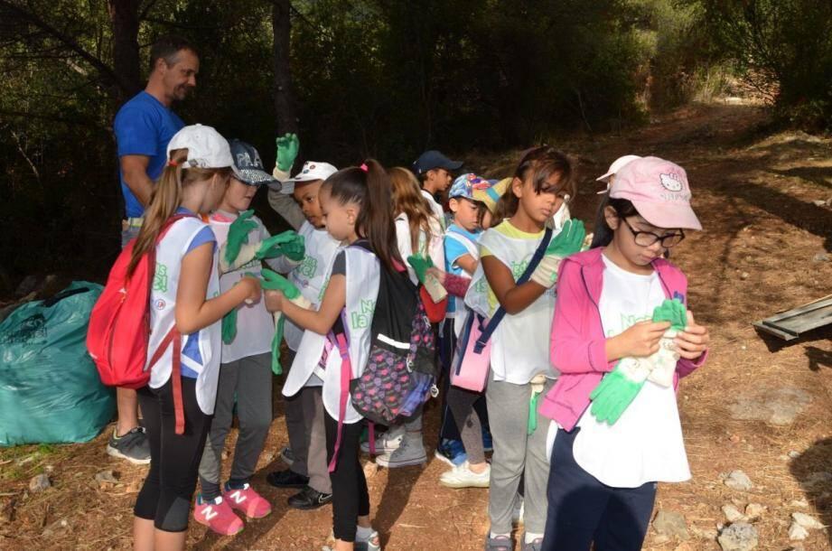 Les élèves pouvaient après la journée, garder leurs gants et chasubles en souvenir, mais aussi pour nettoyer leur propre jardin s'ils en ont !