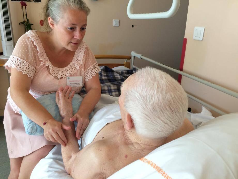 """Le """"toucher détente relationnel"""" de la thérapeute fait merveille auprès des patients qui avouent être soulagés grâce à ses soins."""
