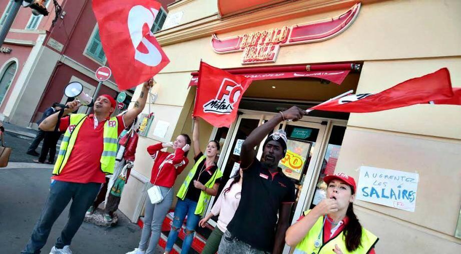 Les salariés du Buffalo Grill ont débrayé samedi à Nice, devant leur restaurant.