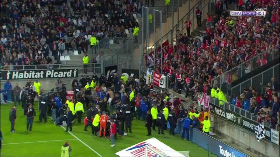 Une barrière d'une tribune du stade d'Amiens a cédé.