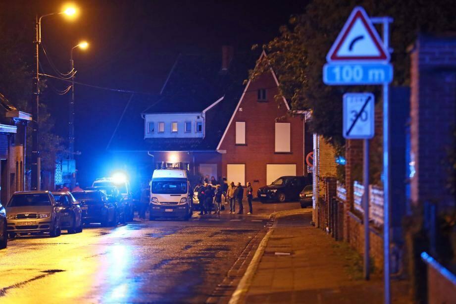 Les services de police et de secours devant le cimetière de Mouscron, où le corps d'Alfred Gadenne a été retrouvé.