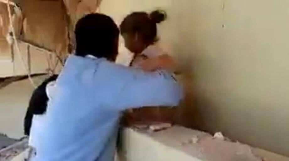 Une fillette sortie des décombres au Mexique