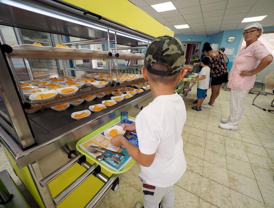 Les enfants de l'école primaire de la gare pourront désormais composer eux-même leur plateau-repas au self-service. Un moyen d'éviter le gaspillage tout en gagnant en autonomie.