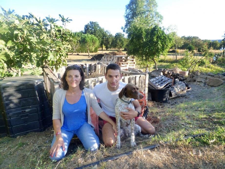 Virginie Fiacchi, son fils Mathias et la chienne Hera devant le composteur qui a contribué à enrichir le jardin (sur la droite).