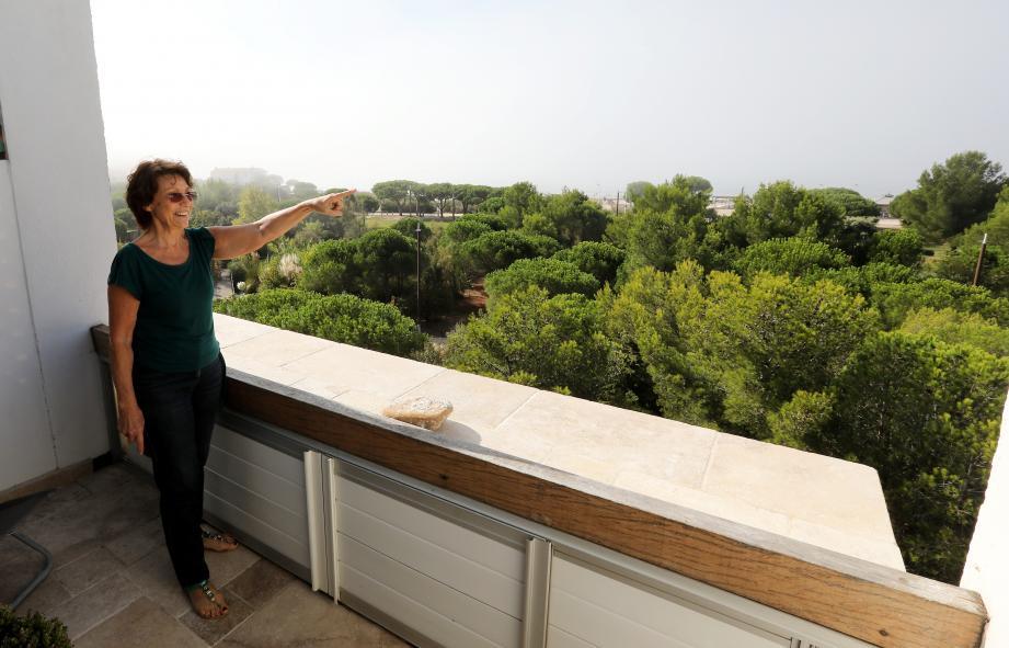 Michèle est opposée à la pose d'antennes-relais près de chez elle.