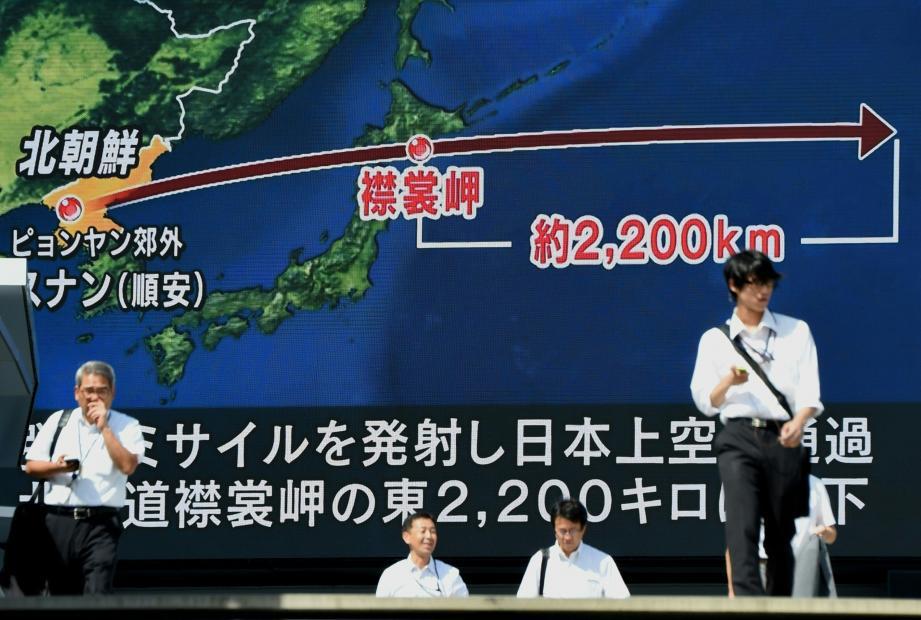 Dans les rues de Tokyo les écrans montrent la portée du dernier missile nord-coréen.