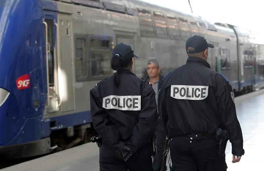 Illustration de policiers à la gare Saint-Charles de Marseille.