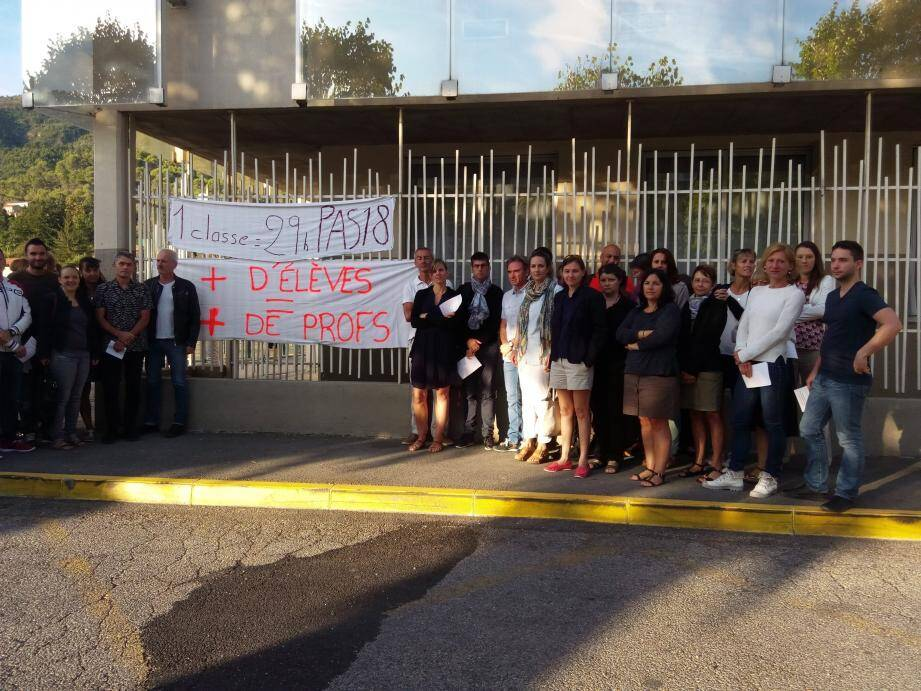 Hier matin, devant les portes du collège Roger-Carlès de Contes, les enseignants ont planté le piquet de grève.