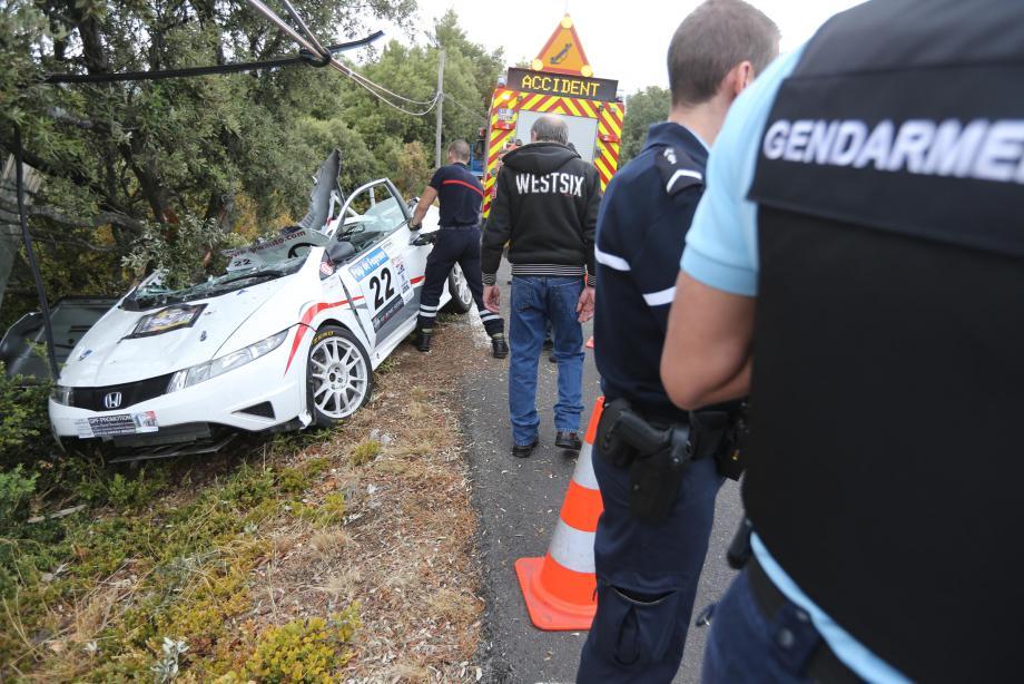 Le véhicule a fait un tête-à-queue avant de percuter une structure en bois.