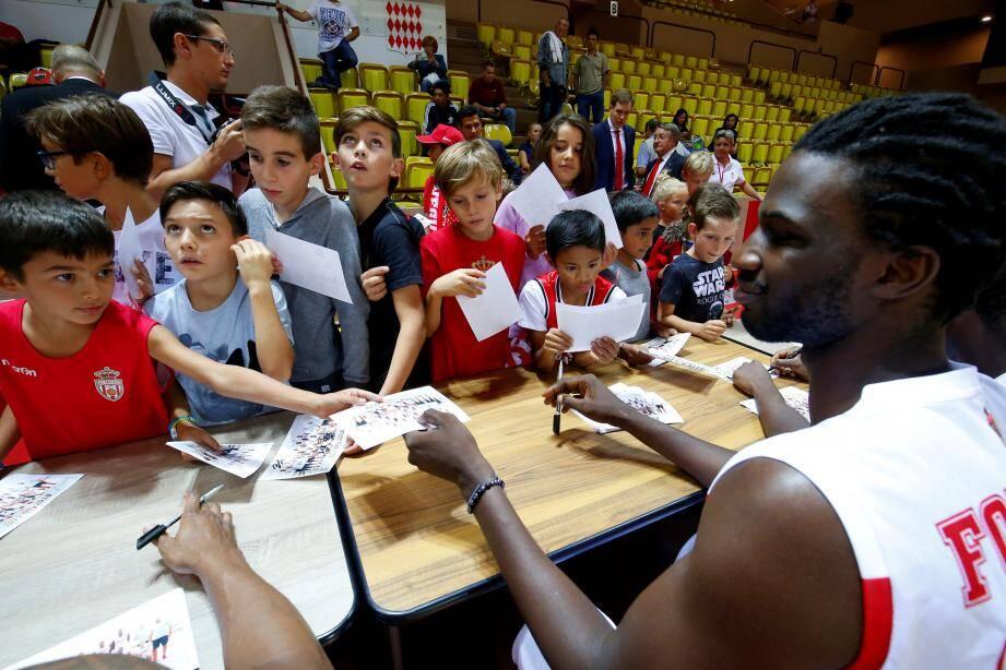 Rencontre des joueurs de l'AS Monaco basket et des fans à la salle Gaston Médecin de Monaco.