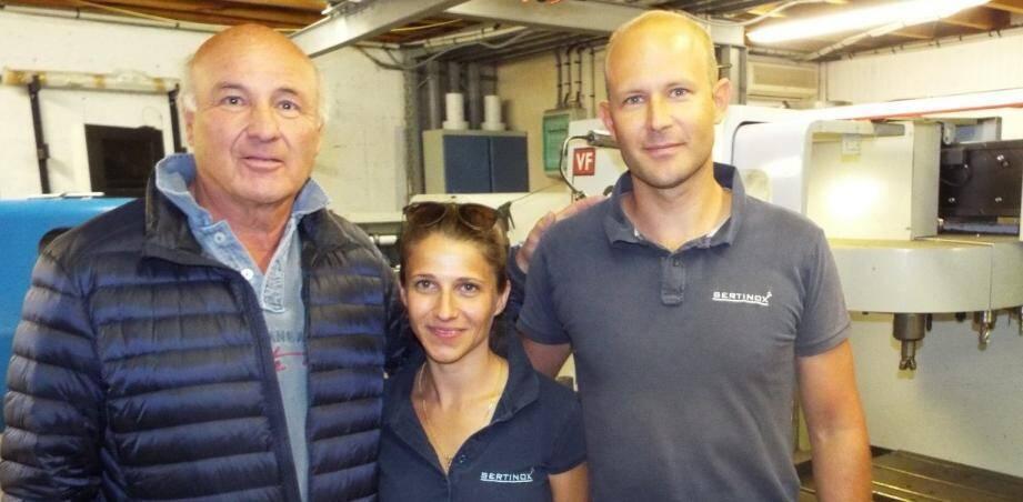 Le créateur de Sertinox Albéric Vyncke (à gauche) en compagnie de son fils Maxime et de sa belle-fille Aurélie désormais à la tête de cette entreprise florissante.