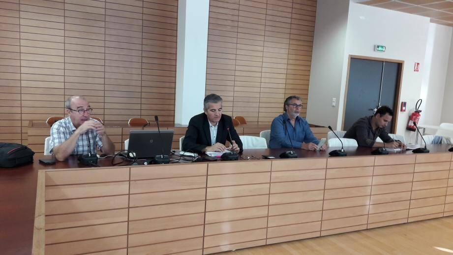 Les deux agents d'Enedis à gauche, aux côtés du maire Philippe Leonelli et de Sébastien Blandin, agent municipal attaché au commerce.