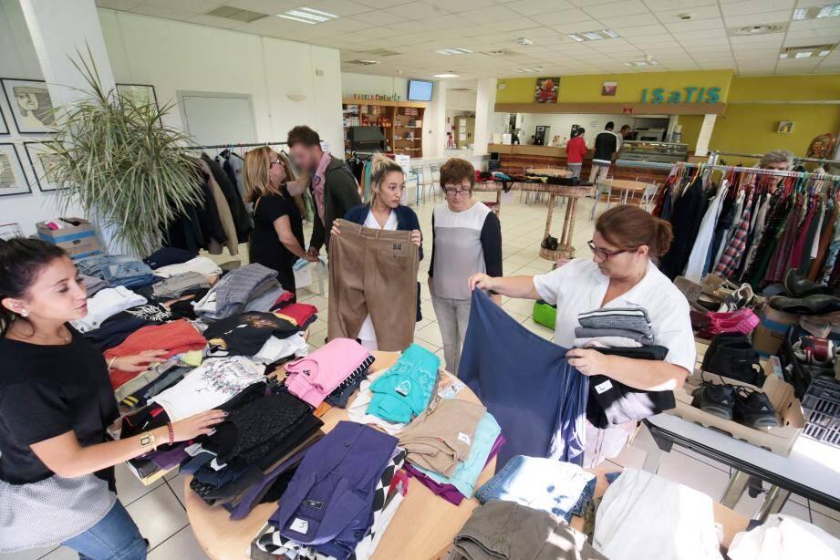 Bottines, vestes, pantalons… Les patients ont pu faire leur « shopping », toujours encadrés par le personnel médical.