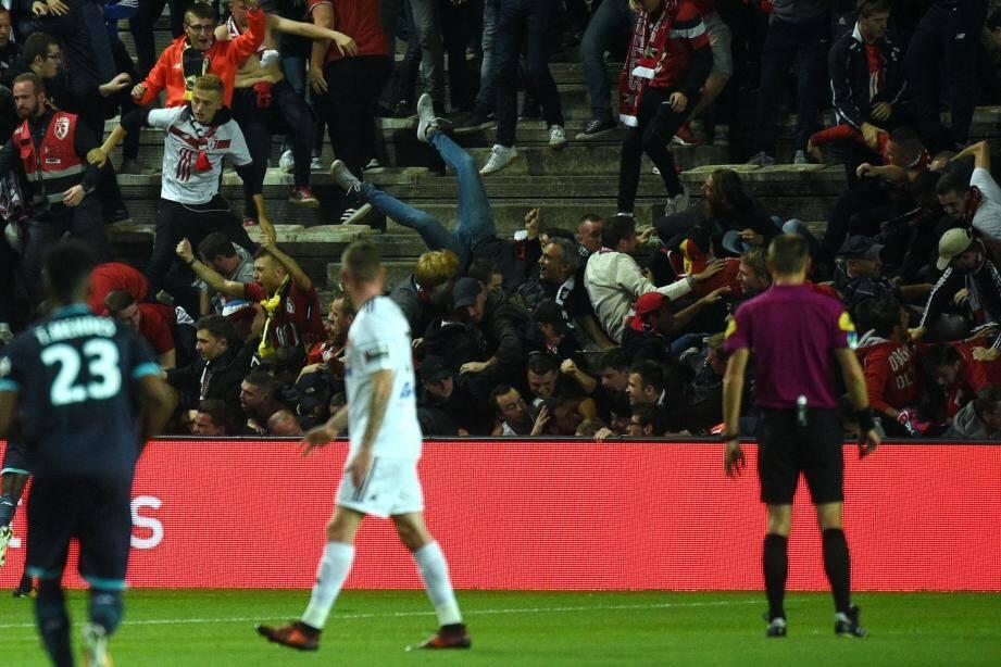 Lille venait d'ouvrir le score à Amiens lorsqu'une barrière du parcage visiteurs a cédé...