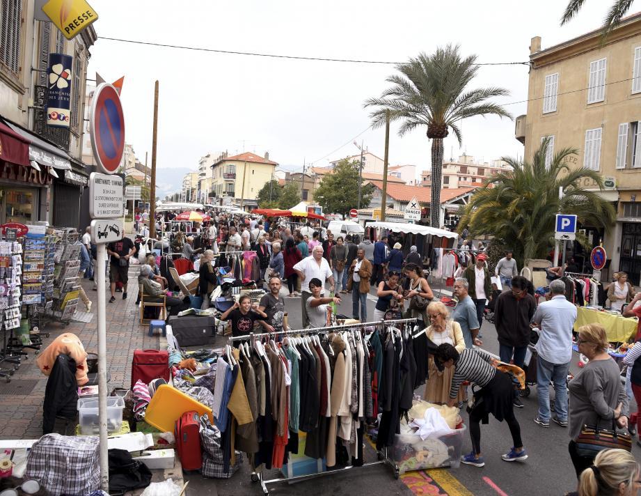 L'avenue Francis-Tonner devenue galerie marchande à ciel ouvert hier.