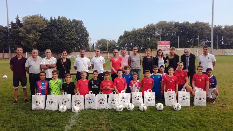 Les élèves de la classe horaires aménagés de Canterperdrix ont reçu la panoplie complète du parfait footballeur.