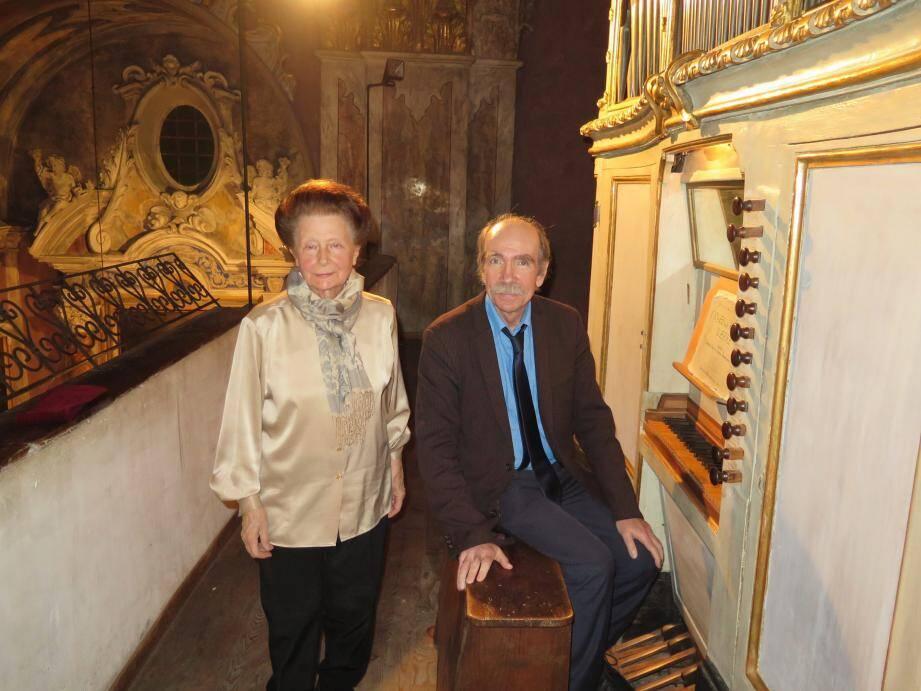 Maria-Rosa Carminatti et Denis Frémin devant l'orgue de l'église de Breil.