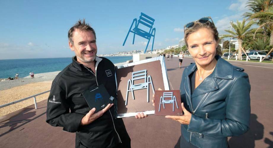 Quand le pâtissier Pascal Lac rencontre l'artiste Sab, la fameuse chaise bleue se chocolate.