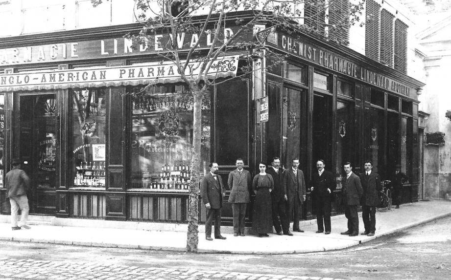 Pharmacie Lindewald, Place St-Roch vers 1910.	(Document Charles Martini de Chateauneuf.)