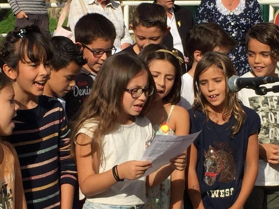 Le chant d'espoir des élèves de l'école Marie-Louise Gachon lors de la cérémonie dévoilant une plaque souvenir.
