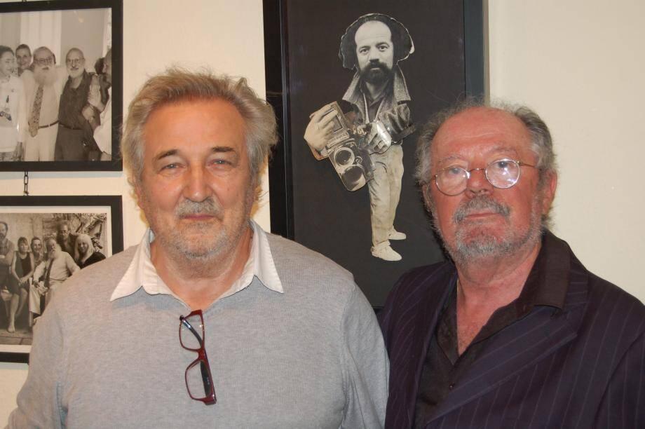 Robert Matthey et Frédéric Altmann (à droite), posant sous un portrait de ce dernier, réalisé par André Villers, photographe préféré de Picasso.