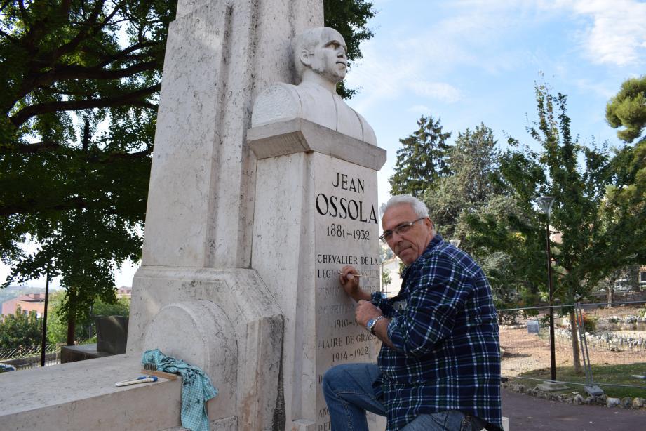 Paul Demarchi nettoie les monuments aux Morts du Pays Grassois depuis bientôt un an. C'est un « devoir de mémoire » selon lui.