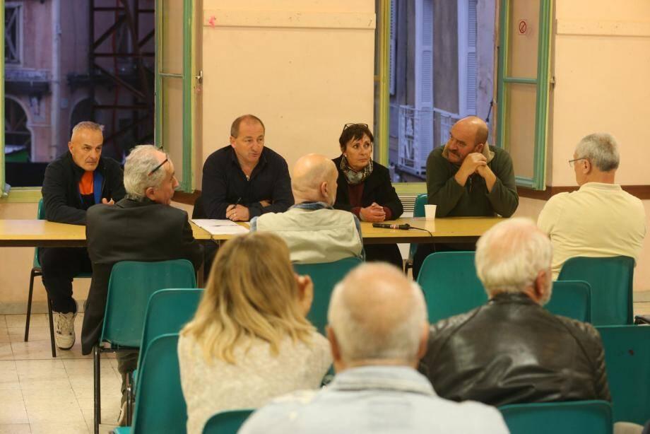 À la table des débats : les membres du bureau de « Défendre la Roya ». Dans la salle : des  sympathisants… et des représentants de l'association rivale, Roya citoyenne.