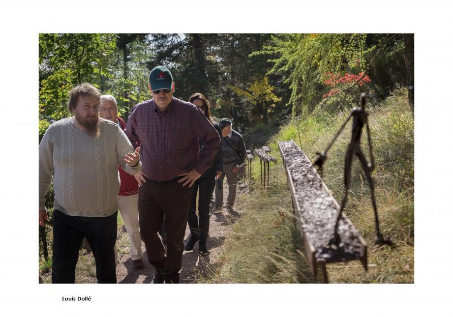 Ancien guide de l'arboretum, le ténor Valentin Ferrari a donné de la voix devant Le Pont, œuvre d'Helena Krajewicz et Rob Rowlands.