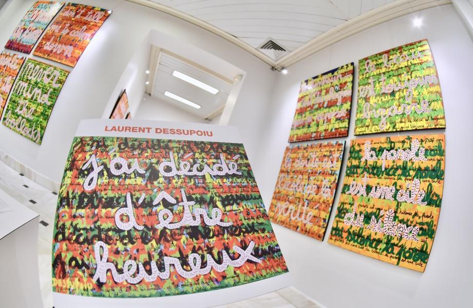 Les toiles de l'artiste, reprenant des phrases à l'infini sont exposées au Gildo Pastor Center jusqu'au 28 octobre.