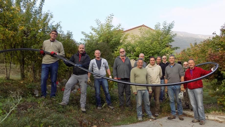 Des bénévoles ont apporté leurs concours à la mise en place de l'arrosage par aspersion dans la quasi-totalité des jardins annotains.