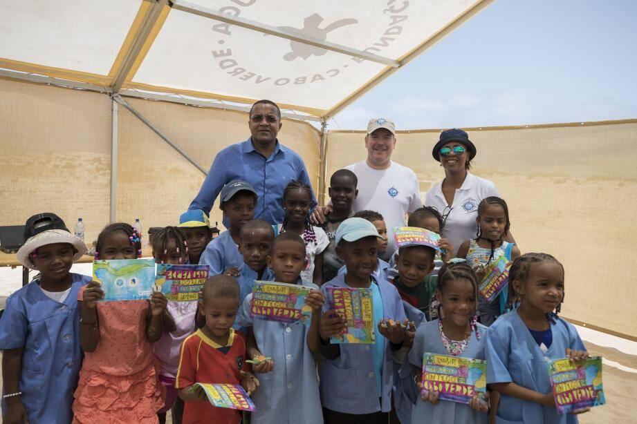 Le prince Albert II a distribué des livrets sur la protection des tortues marines aux écoliers de Boa Vista, en présence du maire de cette île du Cabo Verde.