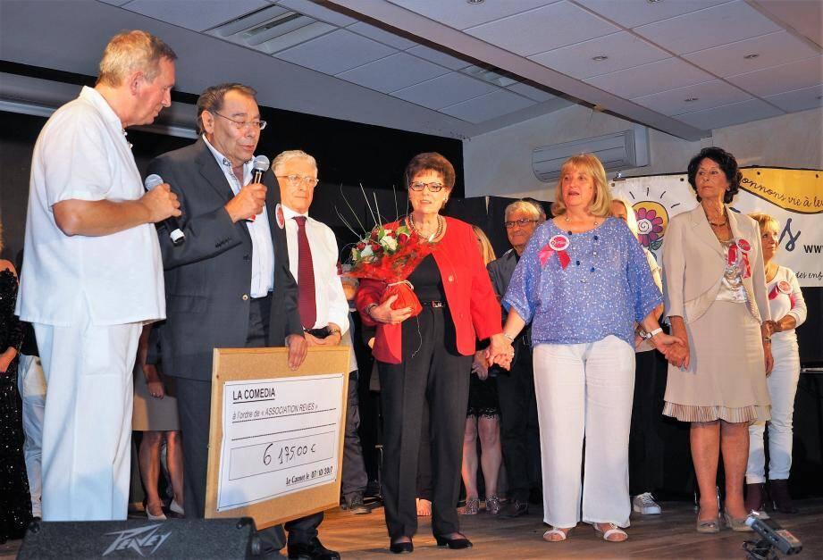 En présence de Yves Pigrenet, maire du Cannet et de Monique Garriou adjointe, Alain et Nathalie Demaret ont remis un chèque de 6175 € à Henri Iaïch de l'association Rêves.