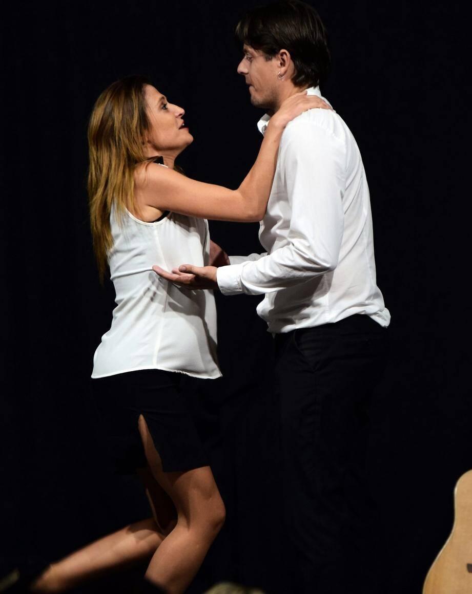 Elodie et Julien, dans une pièce drôle, sensible mais aussi surprenante.