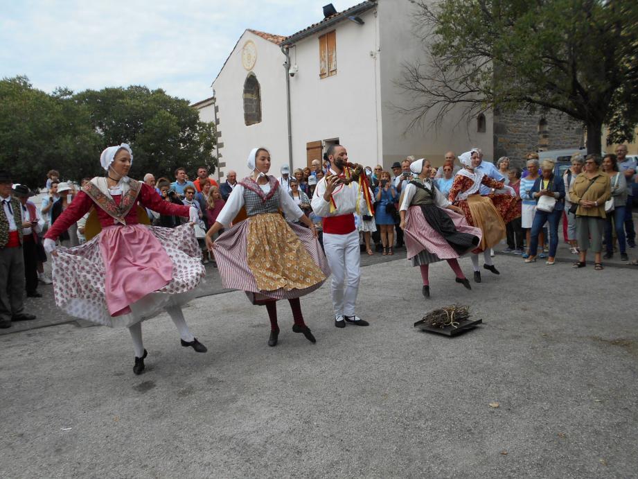 La danse de la souche, un classique du folklore  provençal.