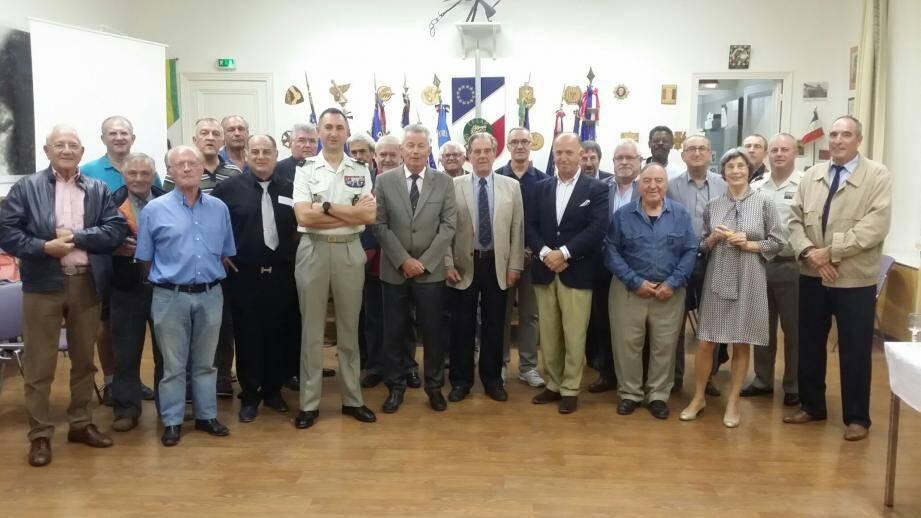 Le général Vigreux (au centre) entouré pour l'occasion des représentants des associations patriotiques et de personnalités civiles ou militaires.